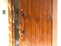 木のぬくもりと、重厚感のある玄…