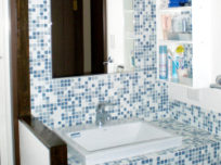 洗面台の取替と同時に、壁や棚も…