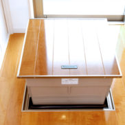 フローリングの床と調和したデザインの電動式床下収納庫です。