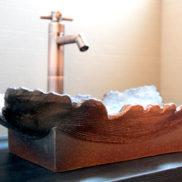 陶器の暖かみを感じられる手洗いです。