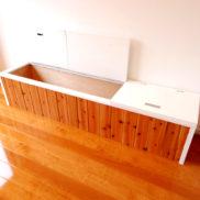 部屋の雰囲気と調和した木製のベンチ式の収納です。